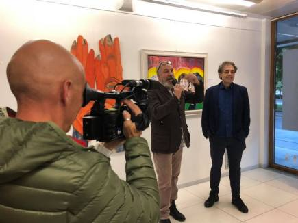 Bobo Pernettaz e Vincenzo Calì ripresi dalla RAI locale durante il vernissage