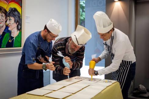 Bobo Pernettaz e Vincenzo Calì confezionano i dolci guidati dallo chef Alberto Norbiato