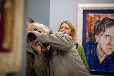 Alberto Faccini fotografo durante il vernissage