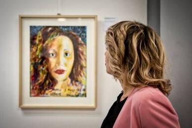 La modella osserva il suo ritratto